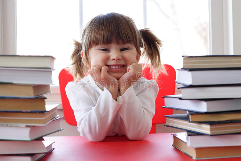 Muchacha y libros para la lectura imagen de archivo libre de regalías