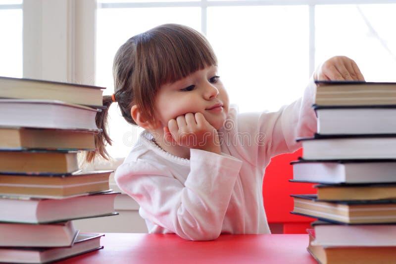Muchacha y libros para la lectura foto de archivo