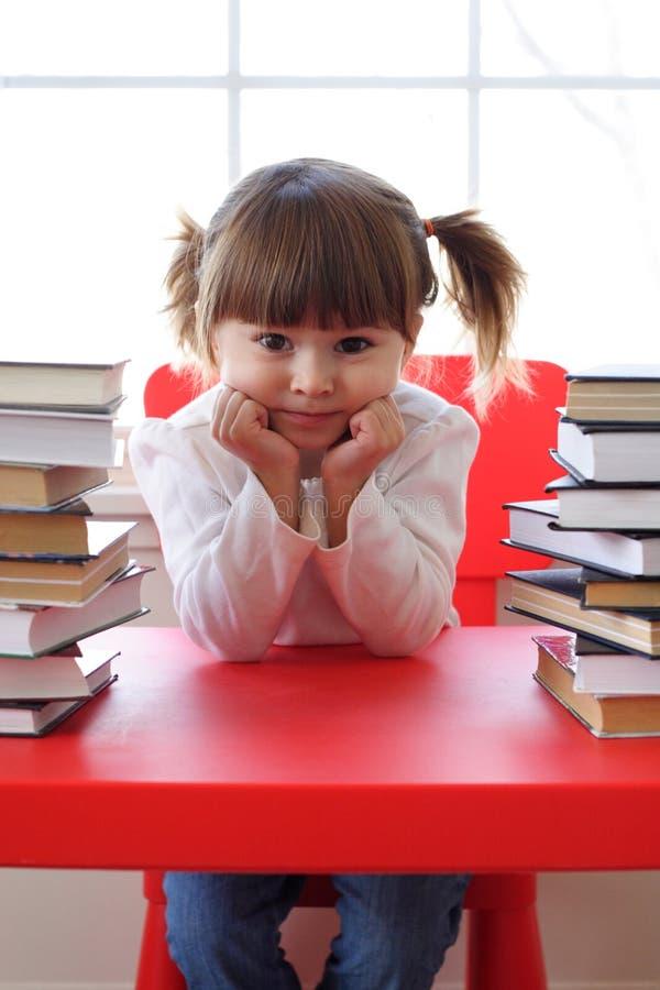 Muchacha y libros para la lectura fotografía de archivo