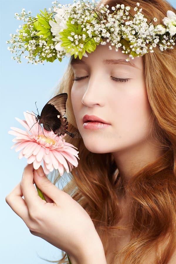 Muchacha y mariposa hermosas fotografía de archivo libre de regalías
