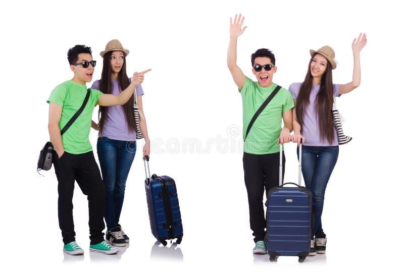 Muchacha y muchacho con la maleta aislada en blanco fotografía de archivo libre de regalías
