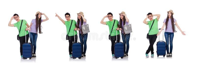 Muchacha y muchacho con la maleta aislada en blanco fotos de archivo