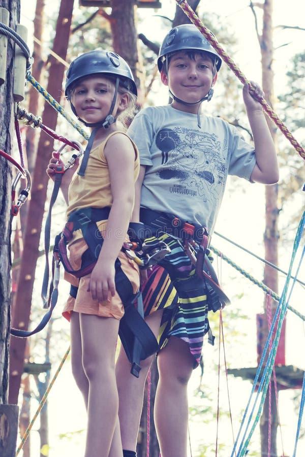 Muchacha y muchacho en parque de la aventura imágenes de archivo libres de regalías
