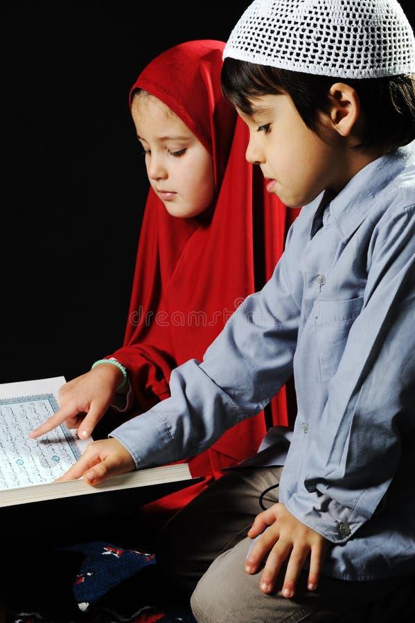 Muchacha y muchacho musulmanes en fondo negro fotografía de archivo libre de regalías