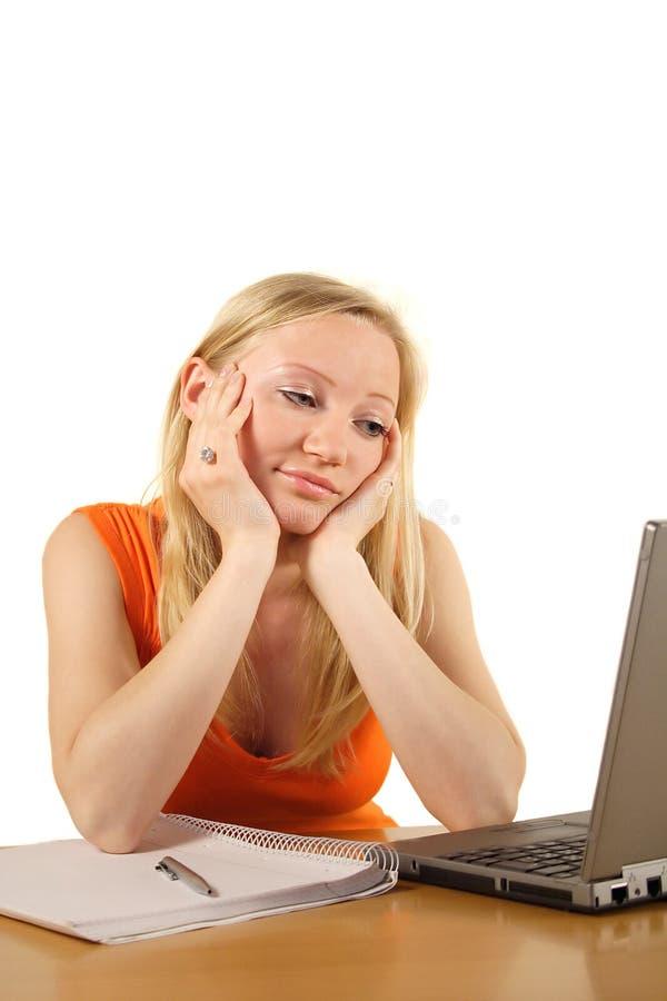 Muchacha y ordenador aburridos fotografía de archivo