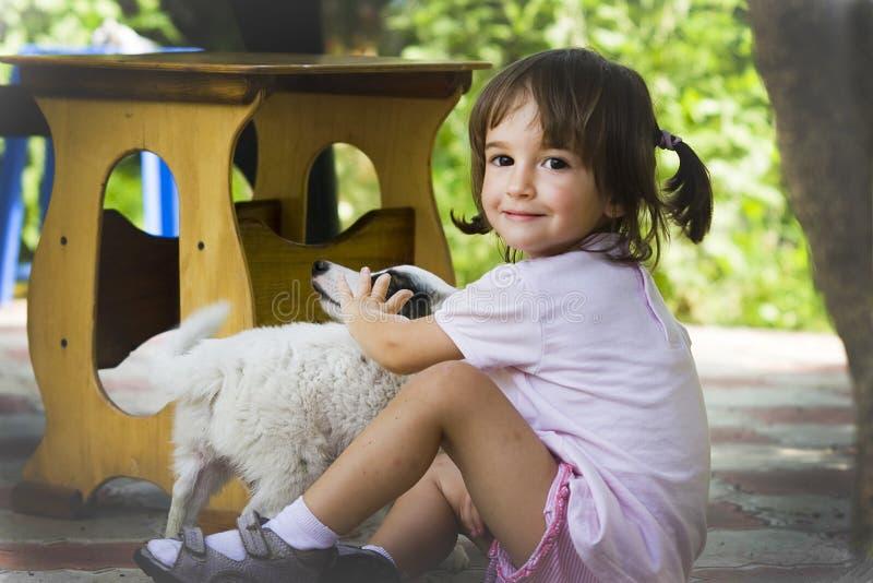 Muchacha y perrito foto de archivo