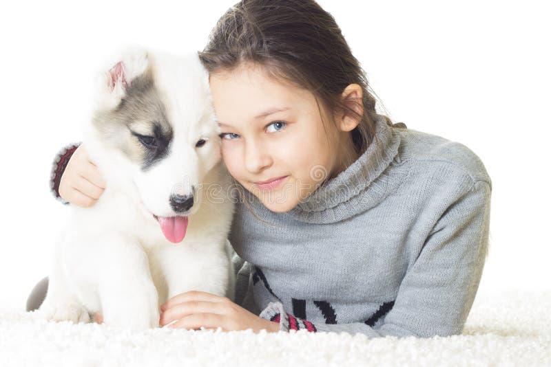 Muchacha y perrito sonrientes bonitos imagenes de archivo