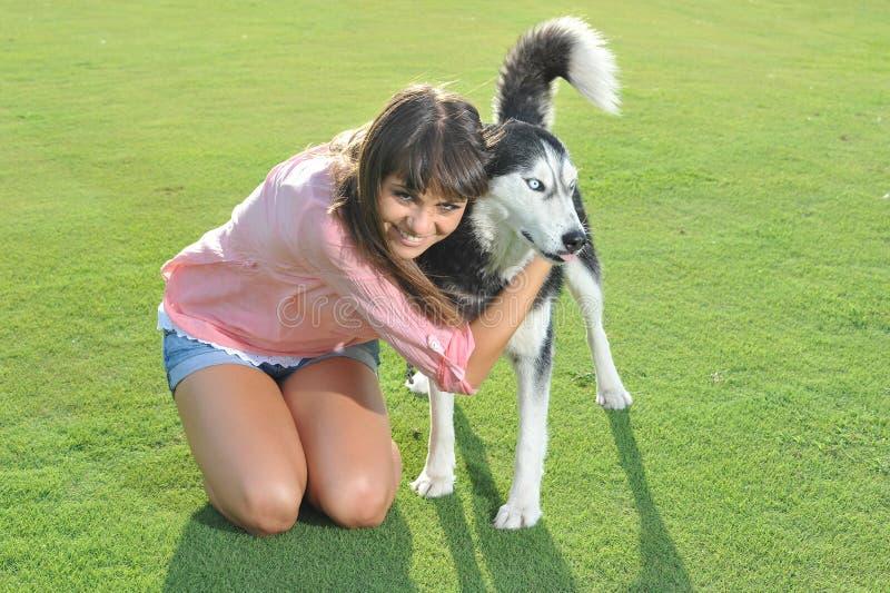 Muchacha y perro fotos de archivo libres de regalías