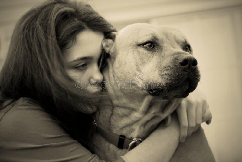 Muchacha y perro adolescentes deprimidos tristes fotos de archivo libres de regalías