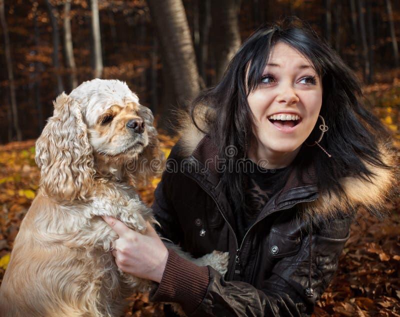 Muchacha y perro de aguas de cocker americano foto de archivo