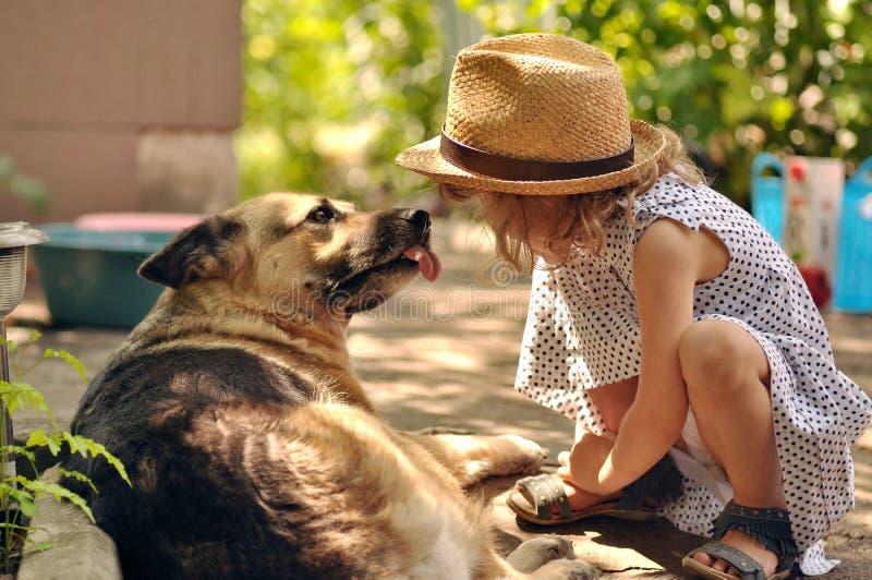 Muchacha y perro de Ittle imágenes de archivo libres de regalías