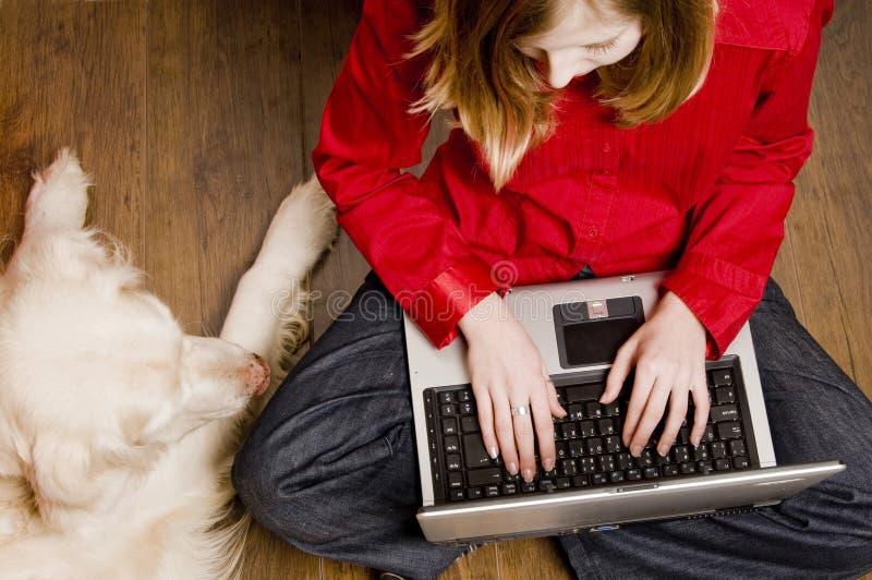 Muchacha y perro del Internet fotografía de archivo libre de regalías