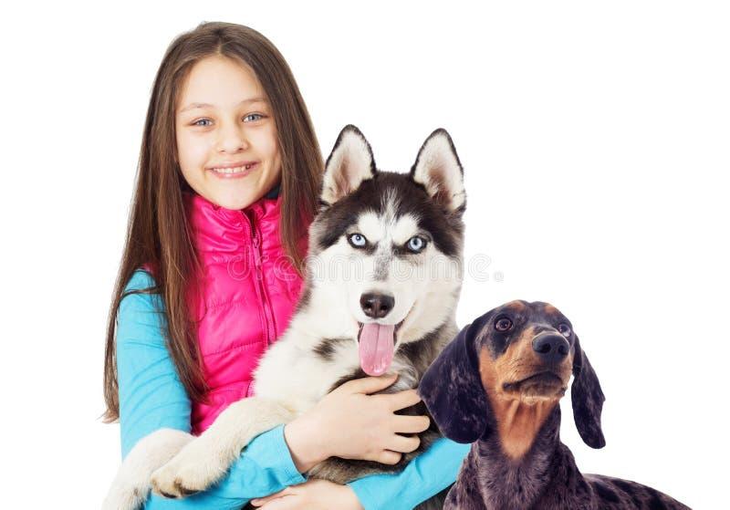 Muchacha y perro en el fondo blanco foto de archivo