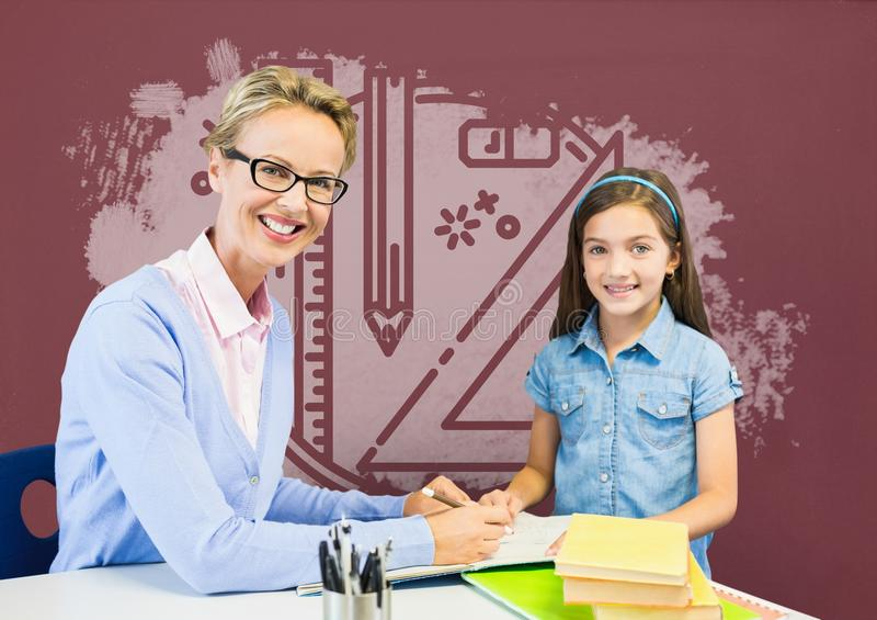 Muchacha y profesor del estudiante en la tabla contra la pizarra roja con la educación y el gráfico de la escuela imágenes de archivo libres de regalías