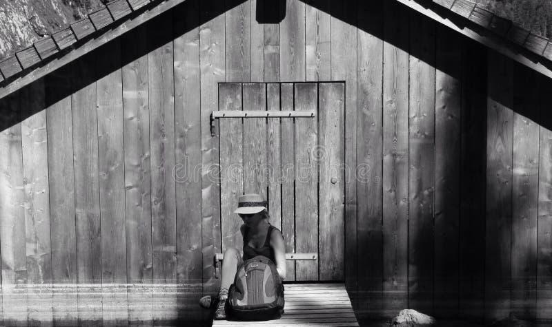 Muchacha y puerta en negro foto de archivo libre de regalías