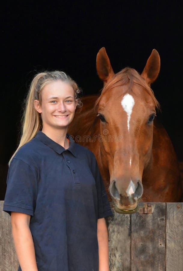 Muchacha y su caballo imagen de archivo