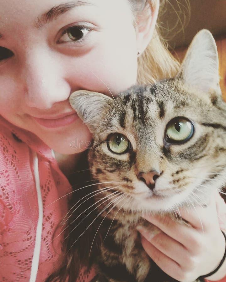 Muchacha y su gato imagen de archivo libre de regalías