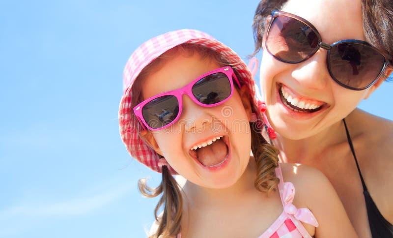 Muchacha y su madre en la playa imagen de archivo