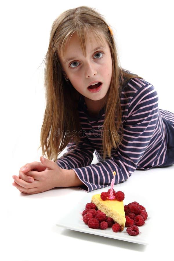 Muchacha y su pastel de queso del cumpleaños fotografía de archivo libre de regalías