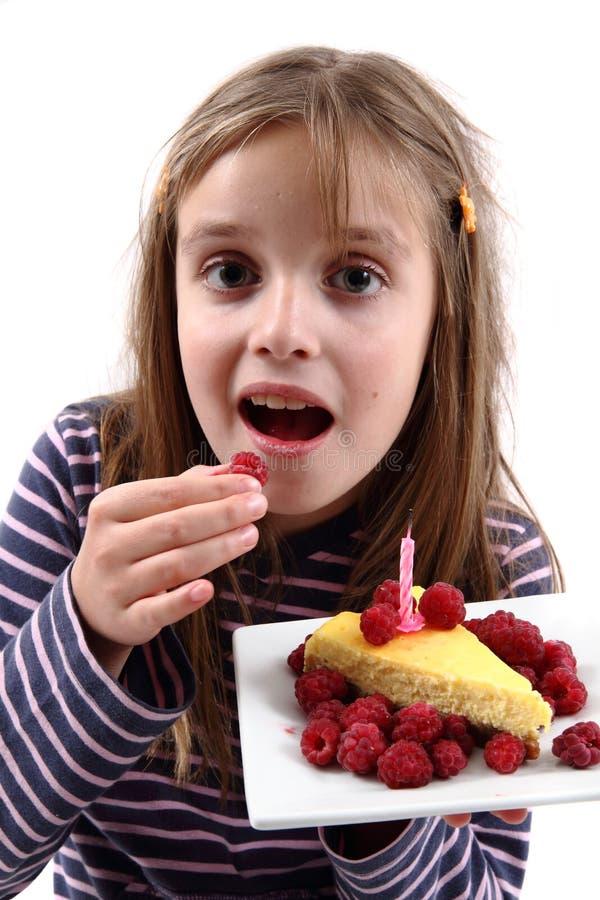 Muchacha y su pastel de queso del cumpleaños imagenes de archivo