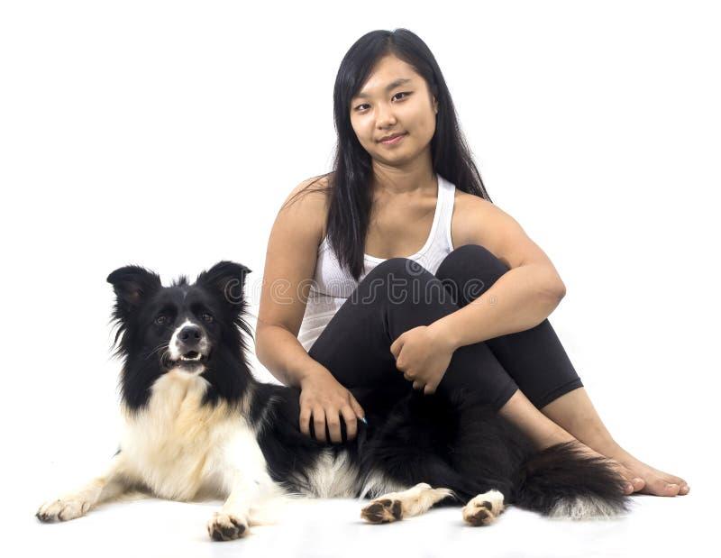 Muchacha y su perro fotografía de archivo
