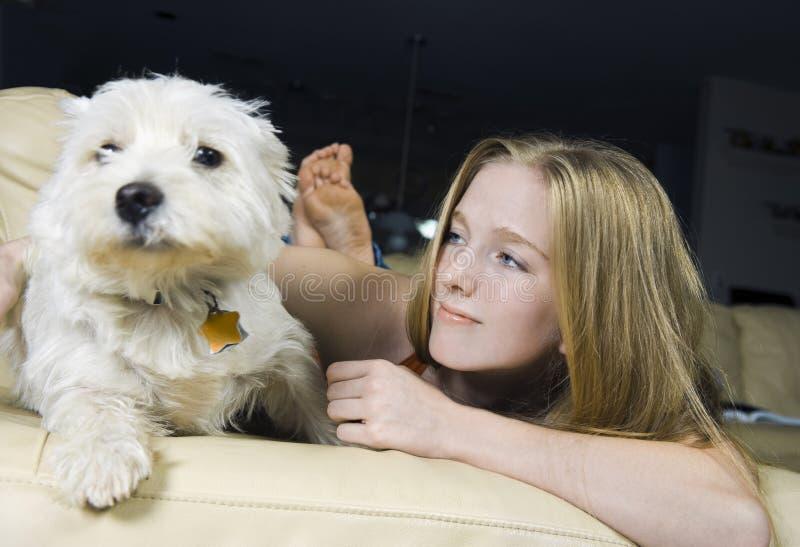 Muchacha y su terrier blanco de montaña del oeste foto de archivo