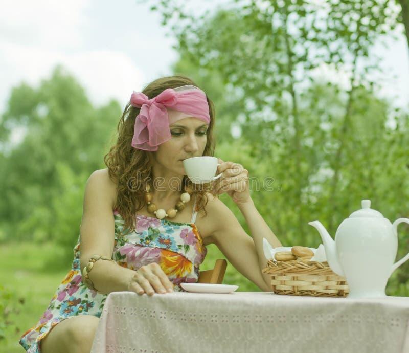 Muchacha y té imagen de archivo libre de regalías