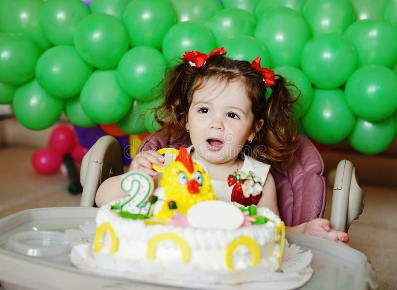 Muchacha y torta de cumpleaños foto de archivo