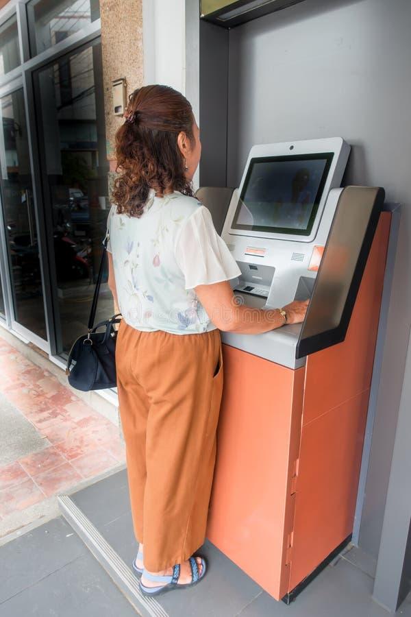 Muchacha y transacción del depósito bancario en el área comercial fotos de archivo libres de regalías