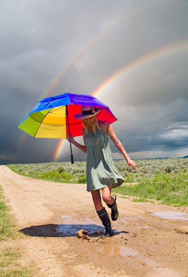 Muchacha y un arco iris fotos de archivo libres de regalías