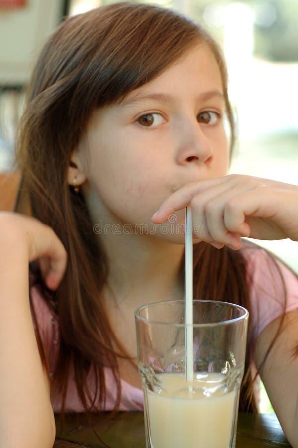 Muchacha y una bebida imagenes de archivo