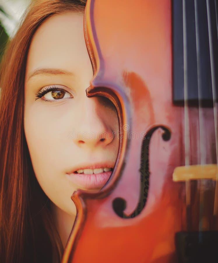 Muchacha y violín foto de archivo