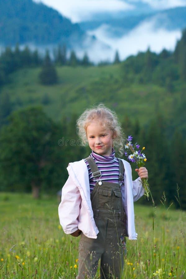 Download Muchacha y wildflowers foto de archivo. Imagen de felicidad - 7284576