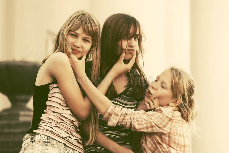 Muchachas adolescentes felices que se divierten en calle de la ciudad fotos de archivo libres de regalías