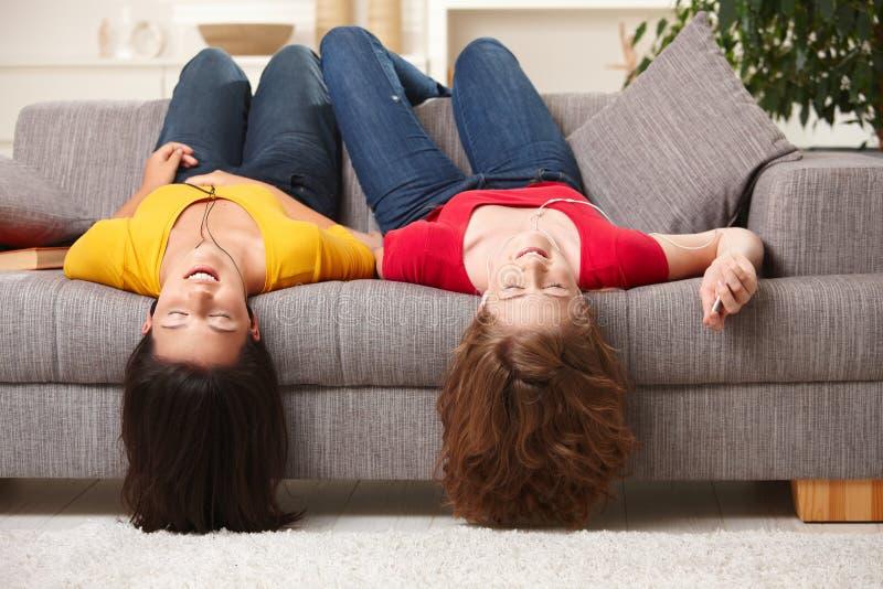 Muchachas adolescentes que escuchan la música imágenes de archivo libres de regalías