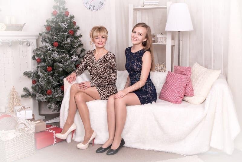 Muchachas agradables en el cuarto antes de la Navidad foto de archivo