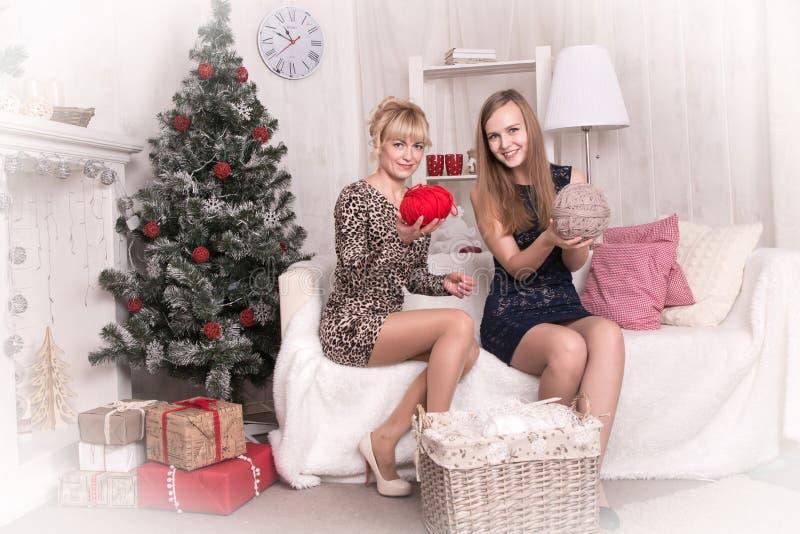 Muchachas agradables en el cuarto antes de la Navidad imágenes de archivo libres de regalías