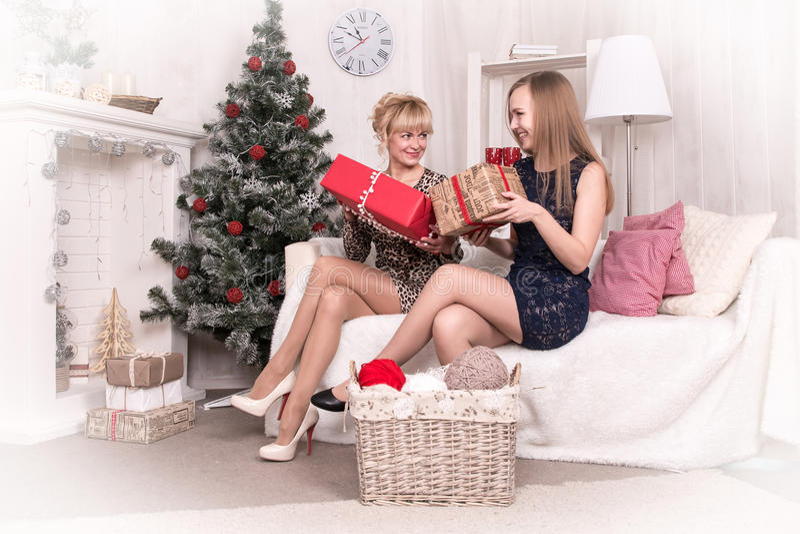 Muchachas agradables en el cuarto antes de la Navidad imagen de archivo