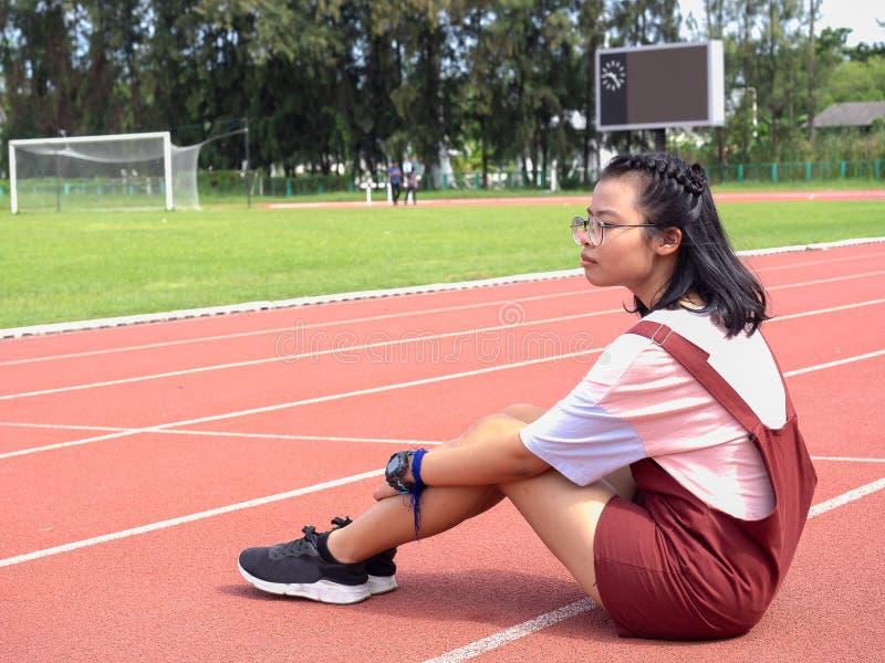 Muchachas asiáticas jovenes en el estadio imagen de archivo libre de regalías