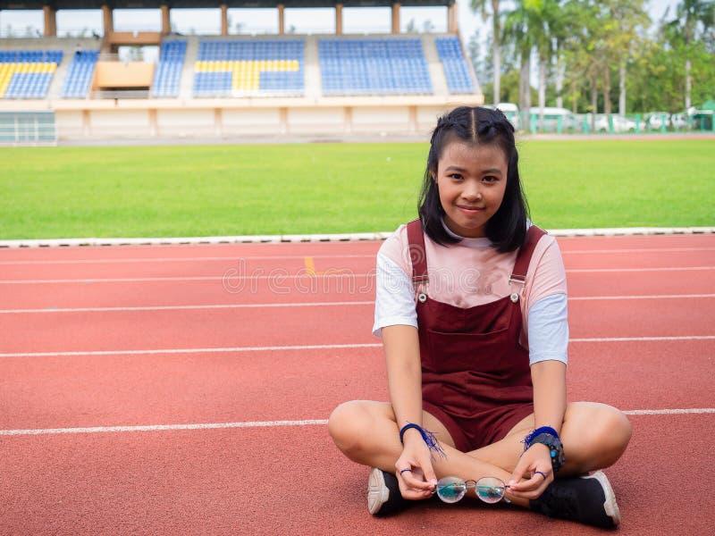 Muchachas asiáticas jovenes en el estadio fotografía de archivo