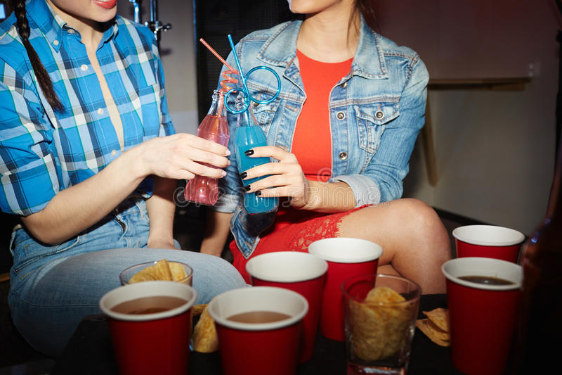 Muchachas bonitas que beben los cócteles en el partido del club de noche imagen de archivo libre de regalías