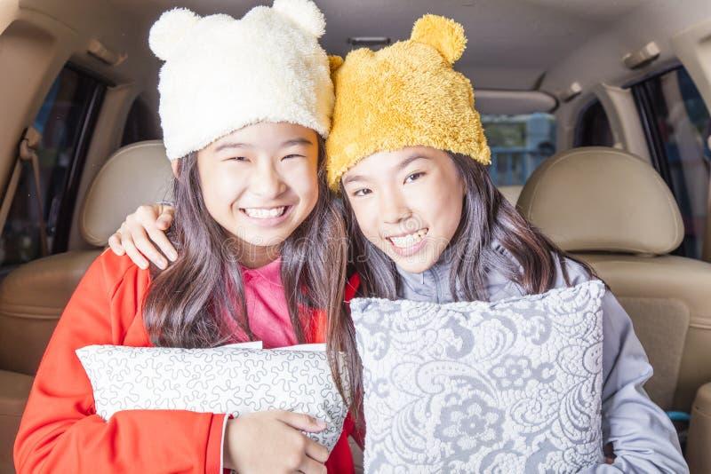 Muchachas bonitas que sonríen en coche fotografía de archivo