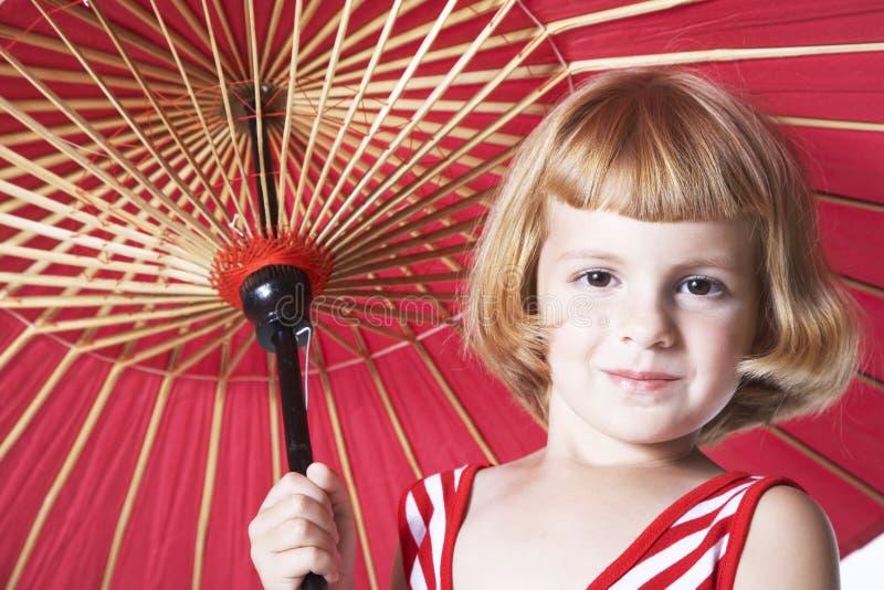 Muchachas con el paraguas rojo foto de archivo libre de regalías