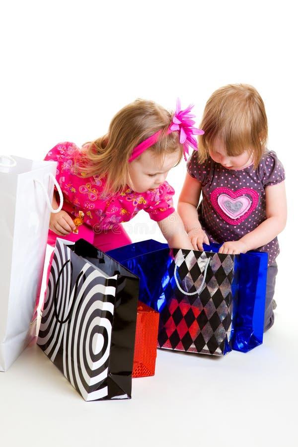 Muchachas con las bolsas de papel foto de archivo libre de regalías
