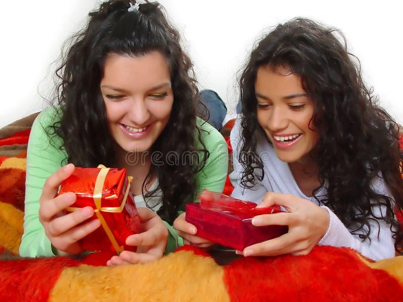 Muchachas con los regalos imagen de archivo libre de regalías