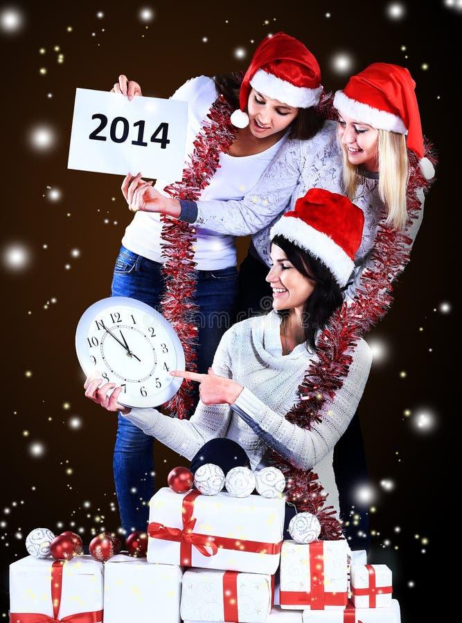 Muchachas con un regalo del Año Nuevo foto de archivo