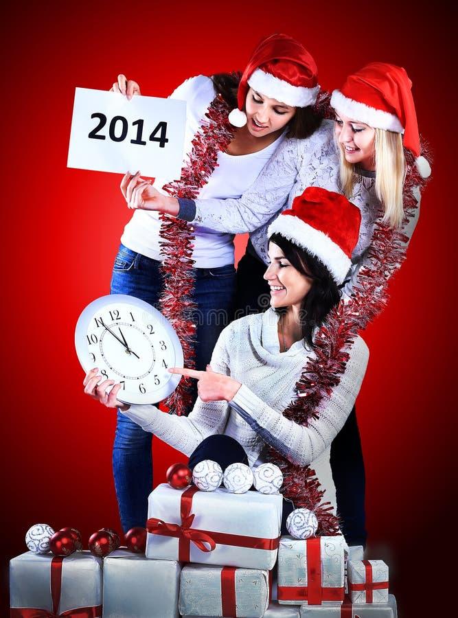 Muchachas con un regalo del Año Nuevo fotografía de archivo