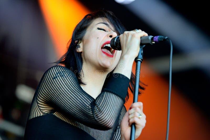 Muchachas de Dum Dum (banda de rock americana de Los Ángeles) en concierto en el sonido 2014 de Heineken Primavera fotos de archivo