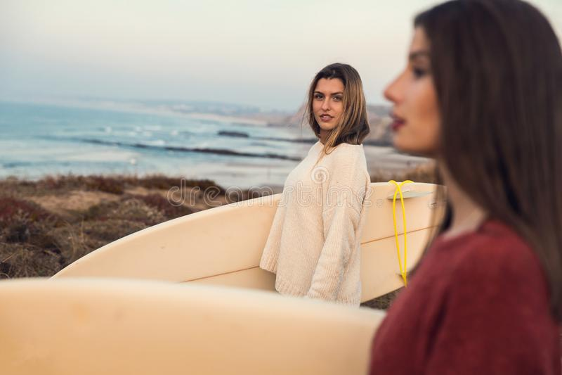 Muchachas de la persona que practica surf imagen de archivo libre de regalías