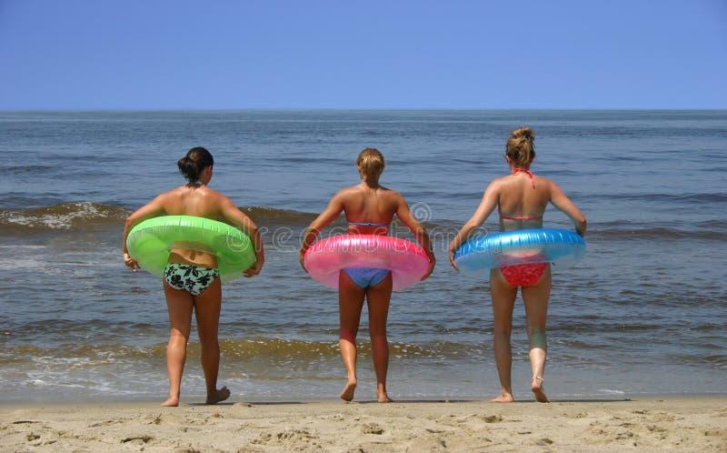 Muchachas de la playa imagen de archivo